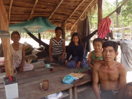 アオラル山麓の村の一家。お父さんの後ろにいる男の子は私を見るなり「お父さんフランス人が来たよ」と言ったらしい。どうやら私は,フランス人っぽい顔立ちのようです。カンボジアがかつてフランスの植民地だったことは関係ないはず・・・。