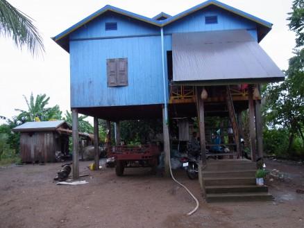 MREスタッフの2人,ソカーとラブットが泊めてもらっているお宅。ごくごく一般的な高床式のお家です。