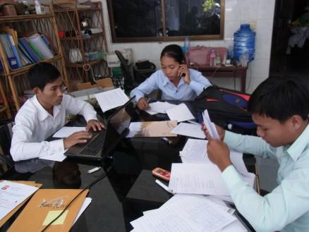 スタッフの作業風景。左から,ダラ,ソカ,ラブット。各自役割分担をして,情報収取および集計をしています。
