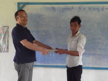 曽和さんから卒業生一人ひとりに卒業証書が手渡されました。