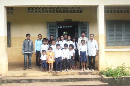 子供たちと現地スタッフに集まってもらい、集合写真を撮りました。