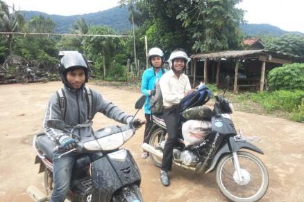 手前のオートバイに乗っているのがダラー君、奥の男性がラブート君、後ろに乗っている女性がソカーさんです。