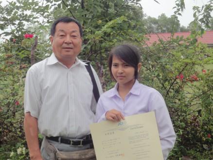 右がチア・ダリンさん。CMC大谷理事長(左)と記念撮影。