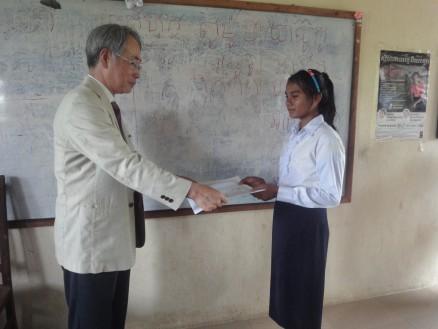 児玉社長から卒業生一人ひとりに卒業証書が手渡されました。
