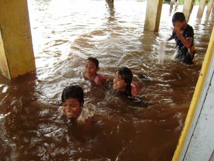 廊下で遊ぶ(泳ぐ)子どもたち