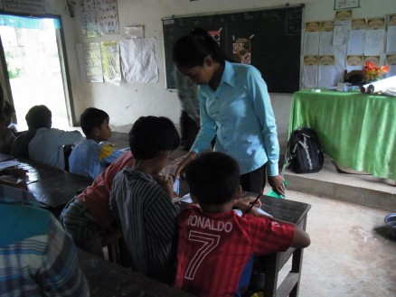 ソカー。ラブットの補佐役として,子どもたちを見守りつつ,学習の手助けをしています。