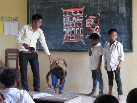 ラブット。子どもたちとともに地雷に遭遇した場合のシュミレーションを行っています。子どもたちにとって退屈な講義にならないよう,子どもたちにも積極的に授業に参加してもらうよう心掛けています。