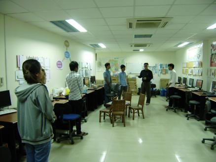 朝6時。廣田社長(右から2番目)から紹介していただき,Dairokuの社員と初顔合わせ。