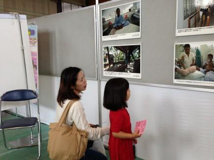地雷被害にあった子供の写真を見つめる