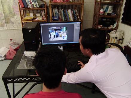 タヌアン氏の指導の下,受験者は初めての切り抜き作業に挑戦です。課題は先日の夏休みツアーの集合写真から一人の人を抜き出すこと。