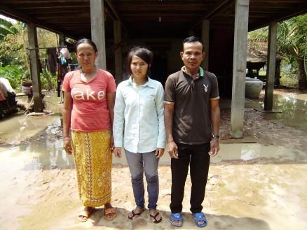 ダリンとご両親。他にお兄さんが1人,お姉さんが3人いますが,皆タイへ出稼ぎに行っていて不在。クメール正月(4月〉には戻ってくるとのことです。