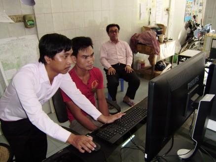 採用試験の様子。左からタヌアン氏,受験生,廣田社長。