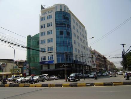 道路の向こう側のビルの3FにCambodia Dairoku Inc.の事務所があります。〉