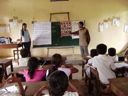 先生が前に立って生徒に説明する一幕も。