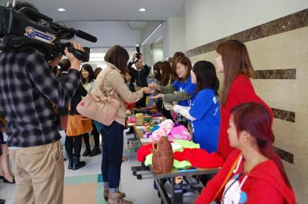 ソピアップが活動するNGOの被害者の方が作った手作り品の数々。来日中、全部で10万円以上お買い上げ頂いた。