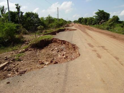 ボップイ小学校へ行く途中の道路。洪水の影響で道がえぐれています。ただ,これは洪水が直接的な原因ではありますが,道路の品質にも問題があるような気もします。カンボジアの道路はとにかくもろい。ここに限らず,ちょっとしたことですぐ道路に穴があきます。〉