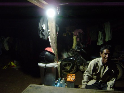 電気の通っていない地域の家ではこのようにバッテリーの電気で明かりを灯します。