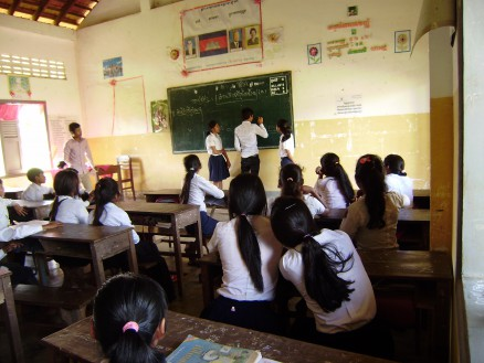「誰かできる奴はいないか?」と先生に促され,「俺がやるよ」と男子生徒が前に出て女子生徒の代わりにあれこれ悩みながら,そして皆の声援(やじや助言)を受けながら何とか解答。ようやく得られたその正解を皆が見届けると「お~」という歓声と拍手が沸き起こりました。