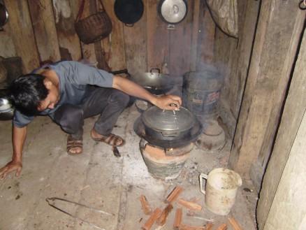 ご飯を炊いているのはスタッフのダラです。