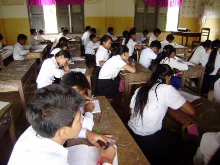 黒板に書かれた内容をノートに写します。自分の教科書を持っていない生徒がほとんどなので,このノートが彼らの教科書となります。