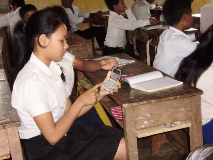 電卓を持っている生徒は電卓を持ち出して計算します。まわりの生徒はその恩恵にあずかります。まずは自力でやって計算力を身に付けた方がいいと思うんだけど・・・。
