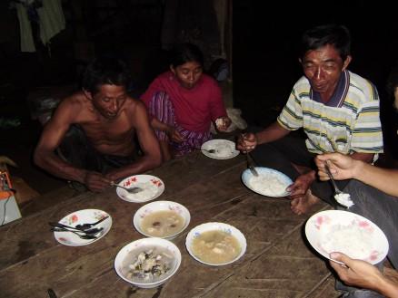 家族で輪になって夕食をとります。