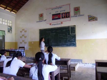 補習授業(物理)。午前の授業は11時までで,ほとんどの生徒は一旦家に帰りますが,希望者は残って補習授業を受けます。ただし,受講料は500リエル(金額は学校による)。お金のない生徒は受けられないですが,お金を持ってる生徒は払って受けます。先生にとっては勤務時間外での小遣い稼ぎ。カンボジアではごくごく普通の慣習です。