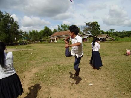 男の子も女の子も競うように飛びます。中には「陸上やらせたらけっこういい線いくかも」と思わせるような子も何人かいます。
