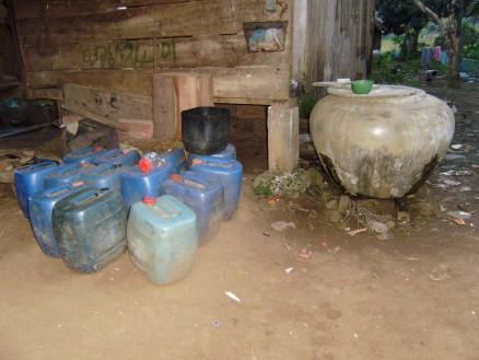 水瓶に溜めてある水を杓子ですくって体にかけます。脇にあるポリタンクは近くの川から水を汲んでくるためのもの。