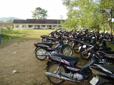 自転車,バイク置き場。日本製のバイクがずらっと並んでいます。