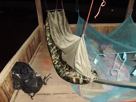 蚊帳付きのハンモック。田舎で寝泊まりするようなとき,持っているととても便利です。