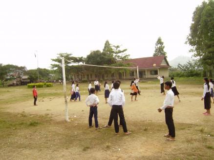 学校によってはバレーボールのネットが張ってあり,バレーボールも楽しめます。