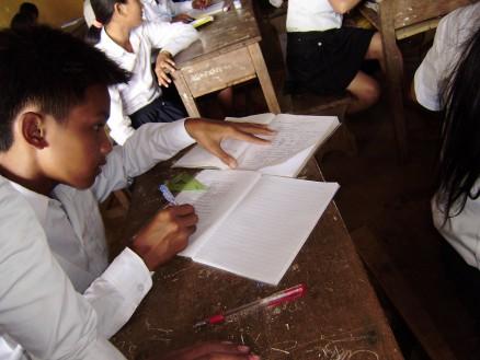 ノートをとるのが遅い生徒は早く終わった生徒のノートを写させてもらいます。