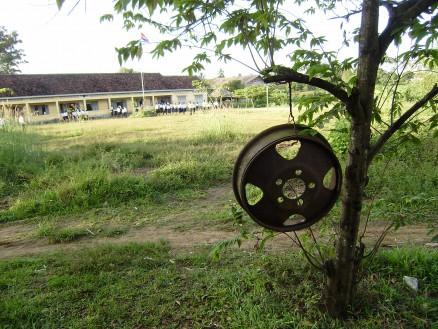 カンボジアの学校のチャイム。係りの生徒がこれを叩いて授業の開始・終了を全校に知らせます。
