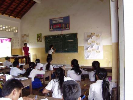 数学の授業。先生が黒板に書いた問題を生徒が前に出て解答します。