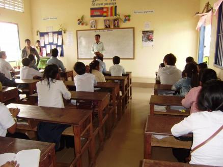 MREスタッフによるMRE授業。ツアー参加者の皆さんも生徒に交じって受けてもらいました。