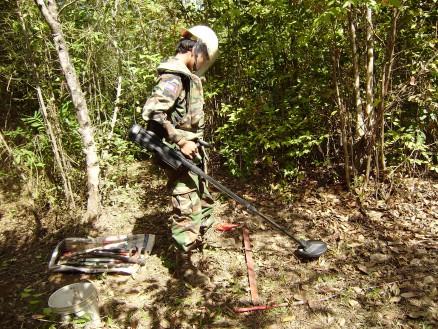金属探知機での地雷探知