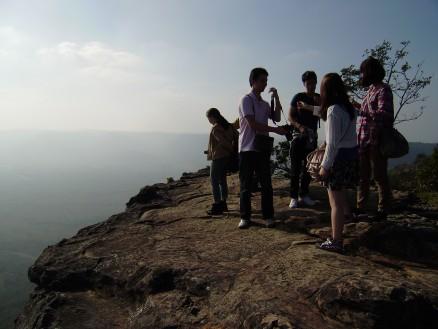 絶壁の上からカンボジアの大平原を見下ろせます。
