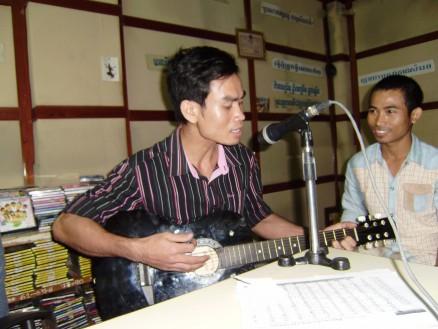 「始めたばかりでまだあまりうまくない」という断りつつも,ギター弾き語りも披露してくれました。