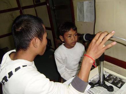〈画像② ワットさんの勤務する小学校に通うトン君(12歳,6年生)。緊張しながらも一生懸命話をしてくれました。将来の夢は学校の先生とのことです。
