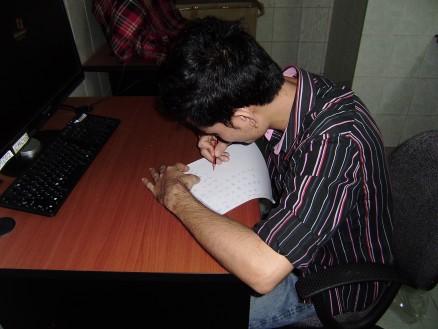 チャンティにひらがなの試験をしています。何も見ず,思い出しながら書いています。