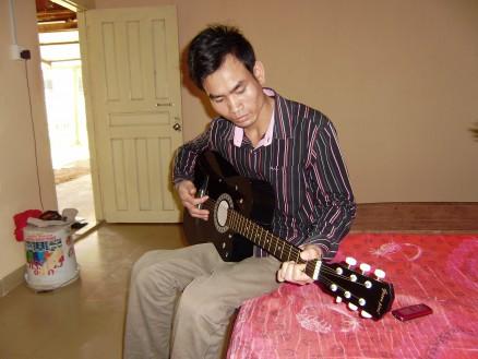 休日近隣住民をちょっと気にしながら部屋でギターの練習をしています。そのうち日本の歌を弾き語りするかも?