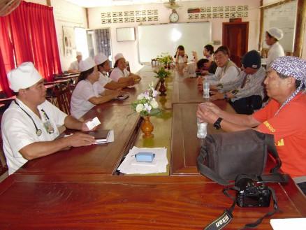 軍病院の副院長さんから,エイズ問題を中心に,カンボジアの医療問題についての説明を聞きました。