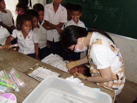ボップイ小学校での歯科検診の様子。