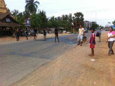 大人も子供も沿道でバケツ等に水を入れて道行く人を待ち構えています。