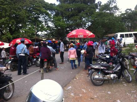 プノム・ソムパウの入口。多くの人でごった返しており,警察も臨時で交通整理をしています。