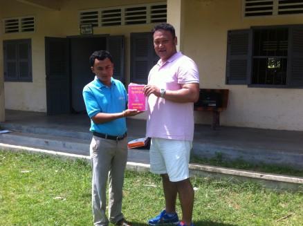 贈呈式。佐世保青年会議所の山下理事長より校長先生に辞書が手渡されました。