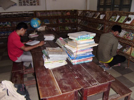 校長先生(左)と教頭先生(右)で図書室の図書を整理しました。