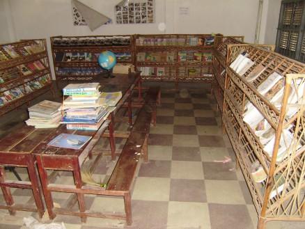 コーントライ中学校図書室の様子。