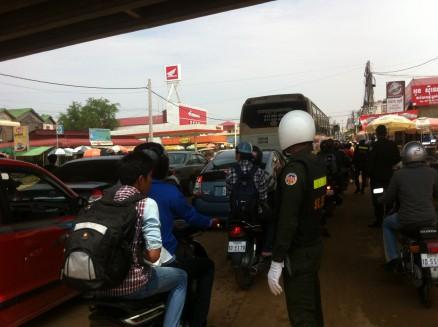 プノンペンからバッタンバン方面へ向かう道路。プノンペン市内はどこも大渋滞です。